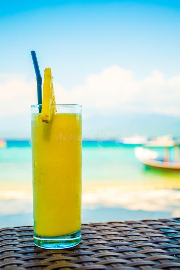 在海滩的夏天果子coloriful鸡尾酒在印度尼西亚 免版税库存照片