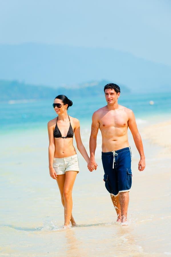 在海滩的夫妇 免版税库存照片