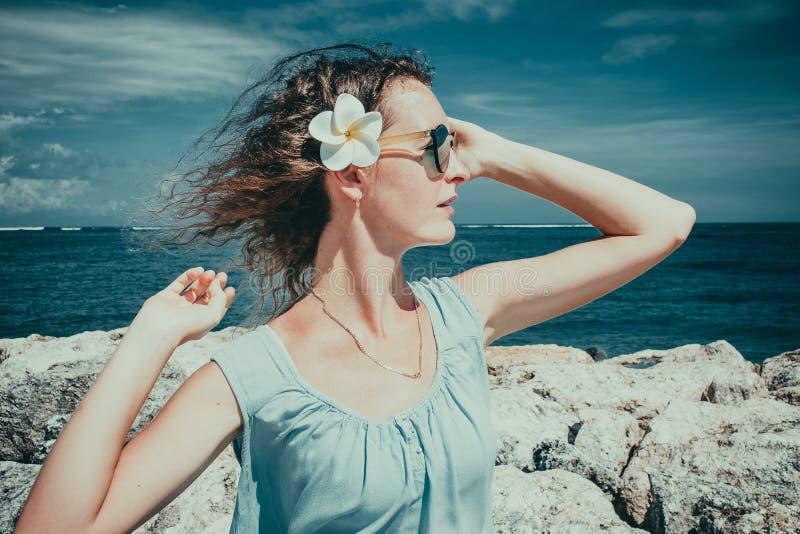 在海滩的女性旅游享用的好日子 Skincare太阳保护概念 女孩单独享受自由异乎寻常的假期 ?? 库存照片