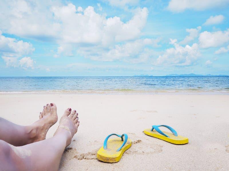 在海滩的妇女selfie赤足和黄色凉鞋 免版税库存照片