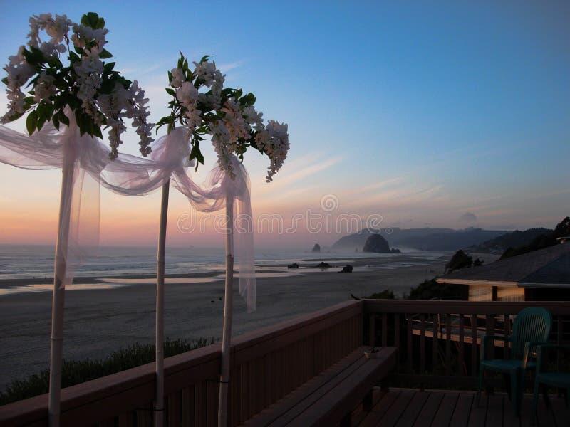 在海滩的婚姻的花花束在日落 图库摄影