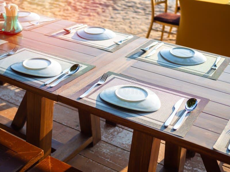 在海滩的室外餐馆布置的表 图库摄影