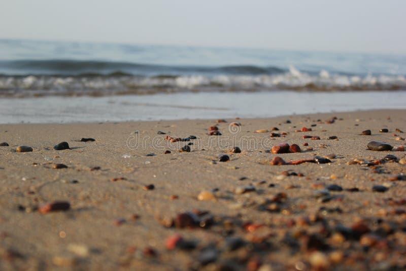 在海滩的小海石头 库存照片