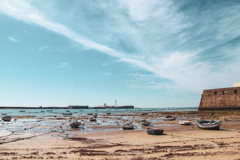 在海滩的小船卡迪士在安大路西亚,西班牙 免版税图库摄影