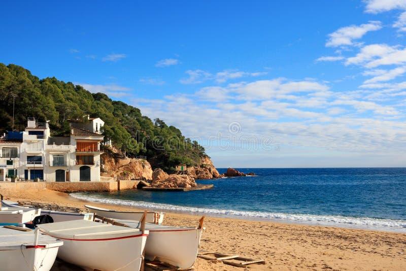 在海滩的小船在Tamariu (肋前缘Brava,西班牙) 免版税库存图片
