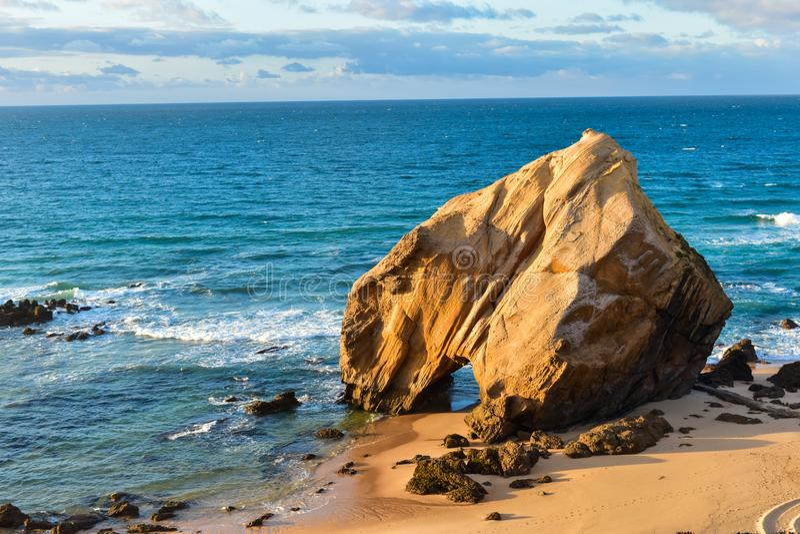 在海滩的岩石在圣克鲁斯-葡萄牙 免版税库存图片