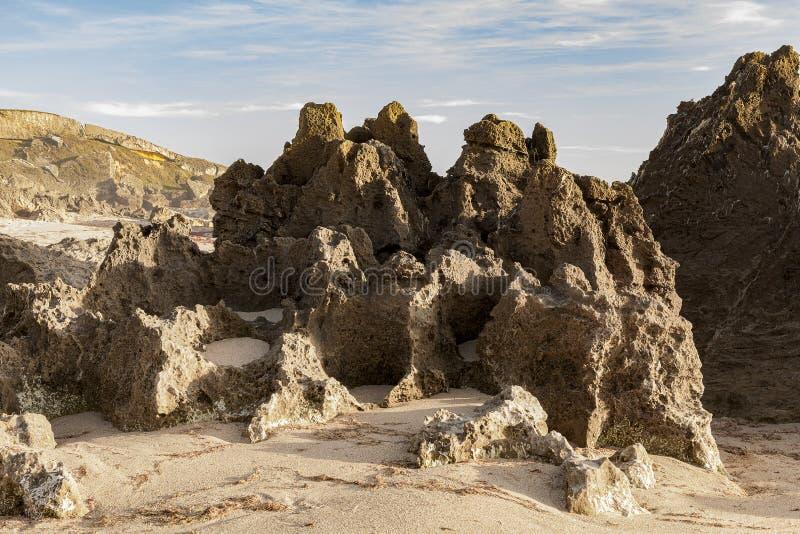 在海滩的岩石露出,形成这块自然石头 库存照片