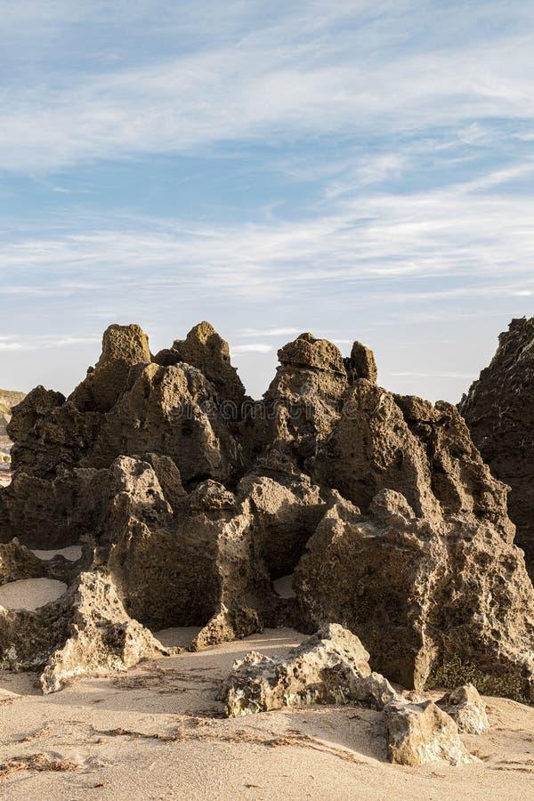 在海滩的岩石露出,形成这块自然石头 图库摄影