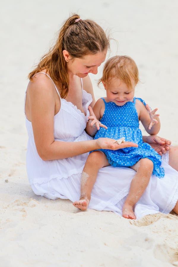 在海滩的年轻家庭 免版税图库摄影