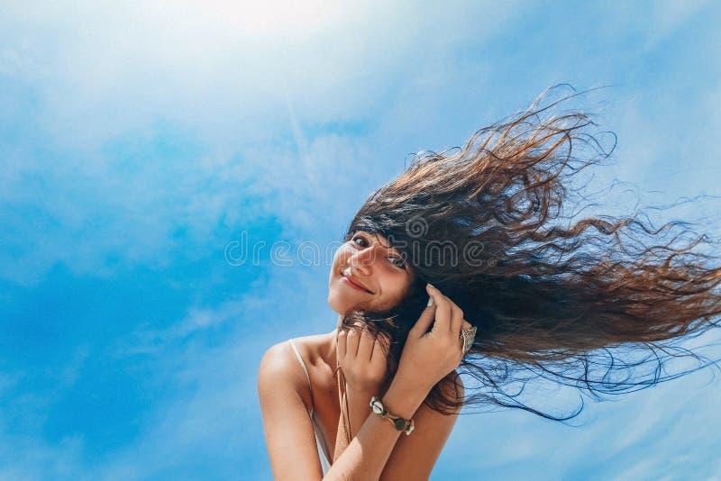 在海滩的快乐的少妇smilling的画象 库存图片