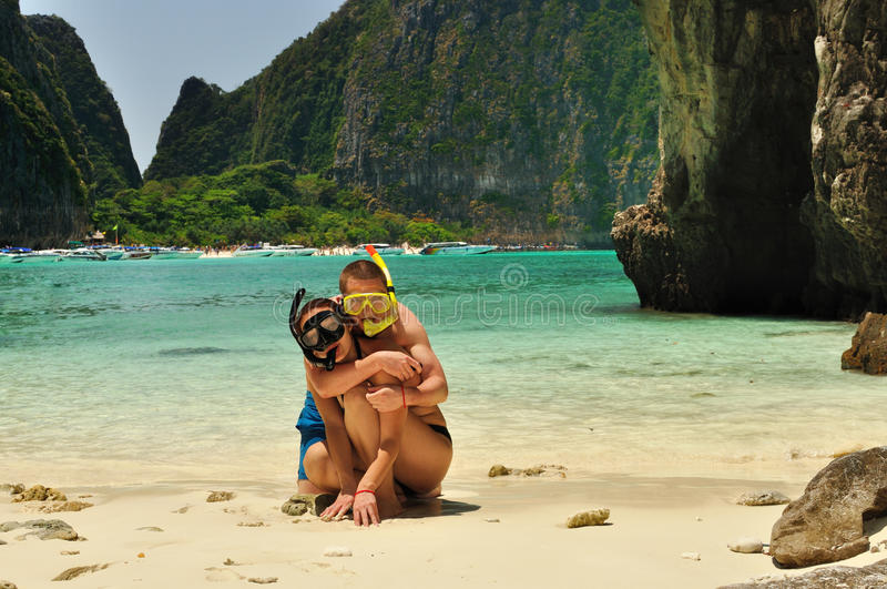 在海滩的愉快的夫妇。 免版税库存图片