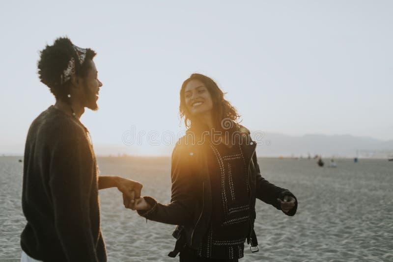 在海滩的愉快的夫妇跳舞 库存照片