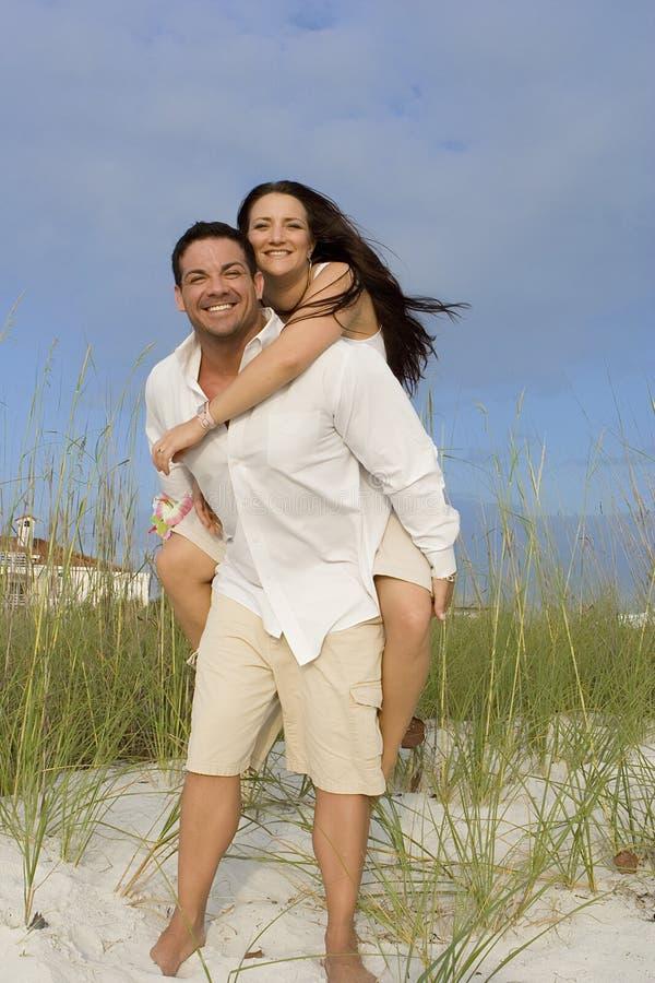 在海滩的愉快的夫妇 免版税库存图片