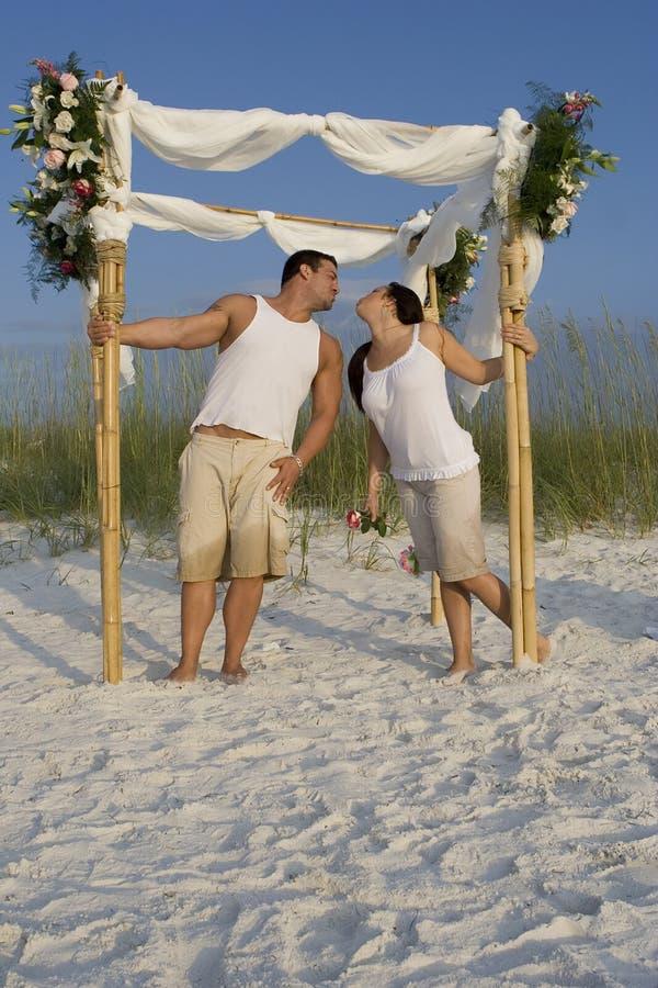 在海滩的愉快的夫妇 库存图片