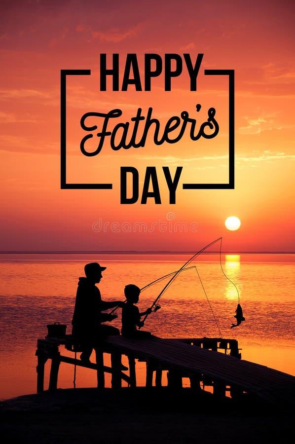 在海滩的愉快的父亲和儿子渔在日落期间 愉快的父亲节的概念 库存照片