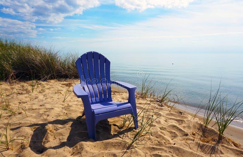 在海滩的扶手椅子 免版税库存照片