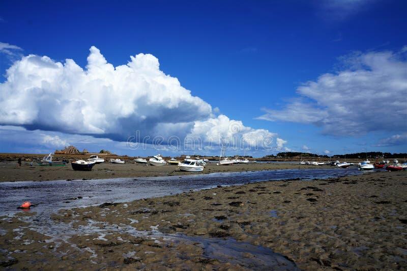 在海滩的搁浅的小船在一好日子在布里坦尼 库存图片