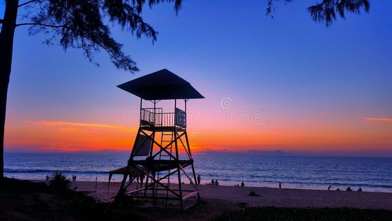 在海滩的救生员塔在晚上 库存图片