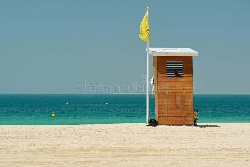 在海滩的救生员塔 免版税库存图片