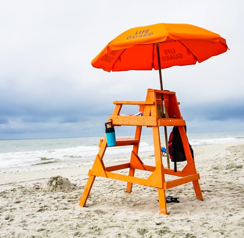 在海滩的救生员立场 免版税库存图片