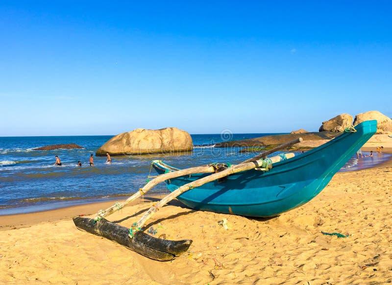 在海滩的斯里兰卡传统渔船 库存照片