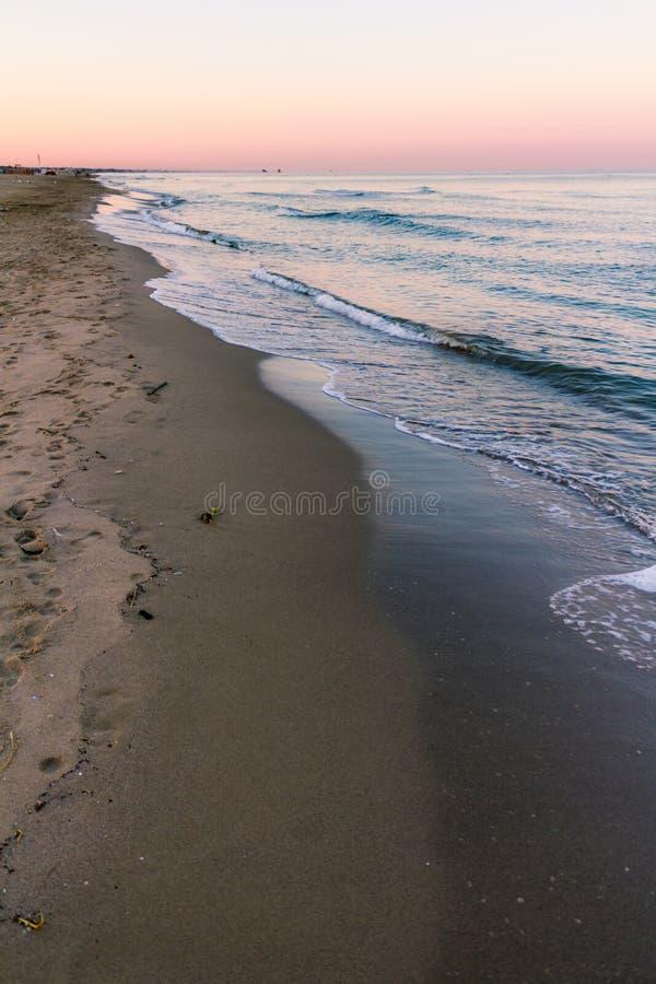 在海滩的日出颜色 免版税库存图片
