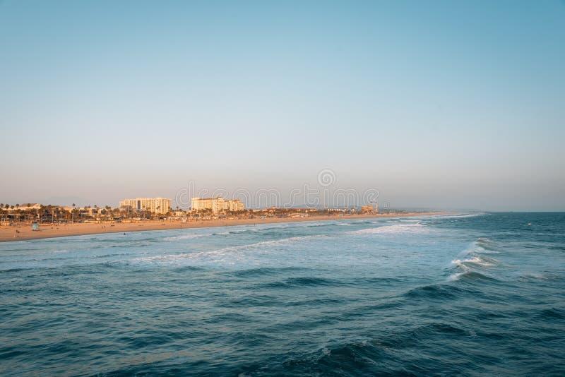在海滩的日落光在亨廷顿海滩,加利福尼亚 免版税图库摄影