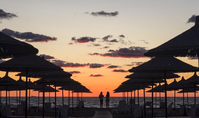 在海滩的日落在阿尔巴尼亚 免版税图库摄影