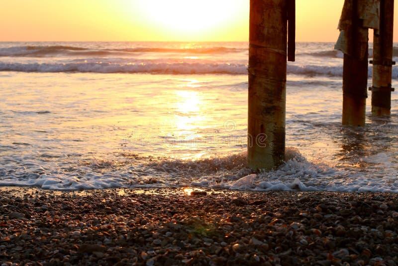 在海滩的日落,天的结尾 免版税库存图片