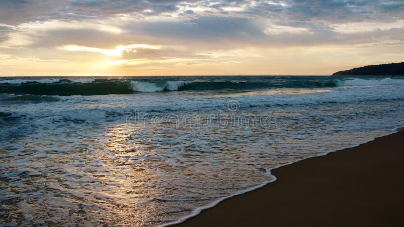 在海滩的日落,Karon,普吉岛,泰国 免版税库存图片