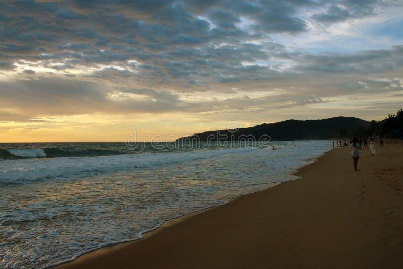 在海滩的日落,Karon,普吉岛,泰国 免版税图库摄影