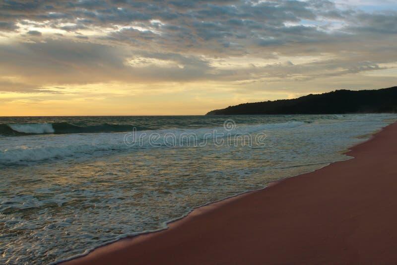 在海滩的日落,Karon,普吉岛,泰国 免版税库存照片