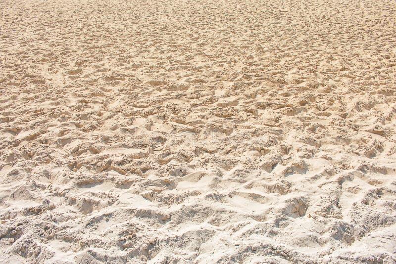 在海滩的日落 金黄沙子纹理 图库摄影