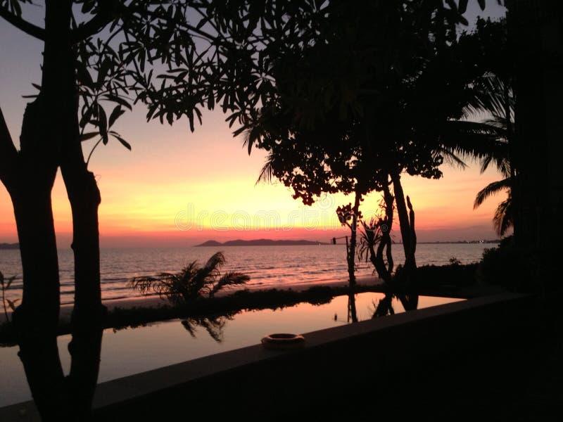在海滩的日落 免版税库存照片