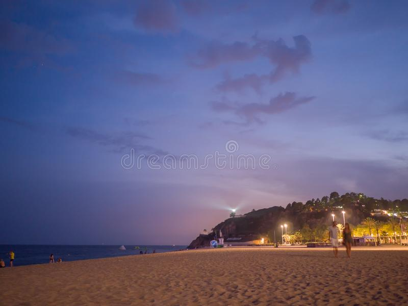 在海滩的时间在卡莱利亚 卡莱利亚de帕拉弗鲁赫尔夜风景在布拉瓦海岸,西班牙 免版税图库摄影