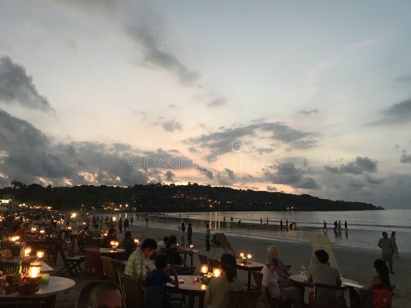 在海滩的晚餐在日落 免版税库存照片