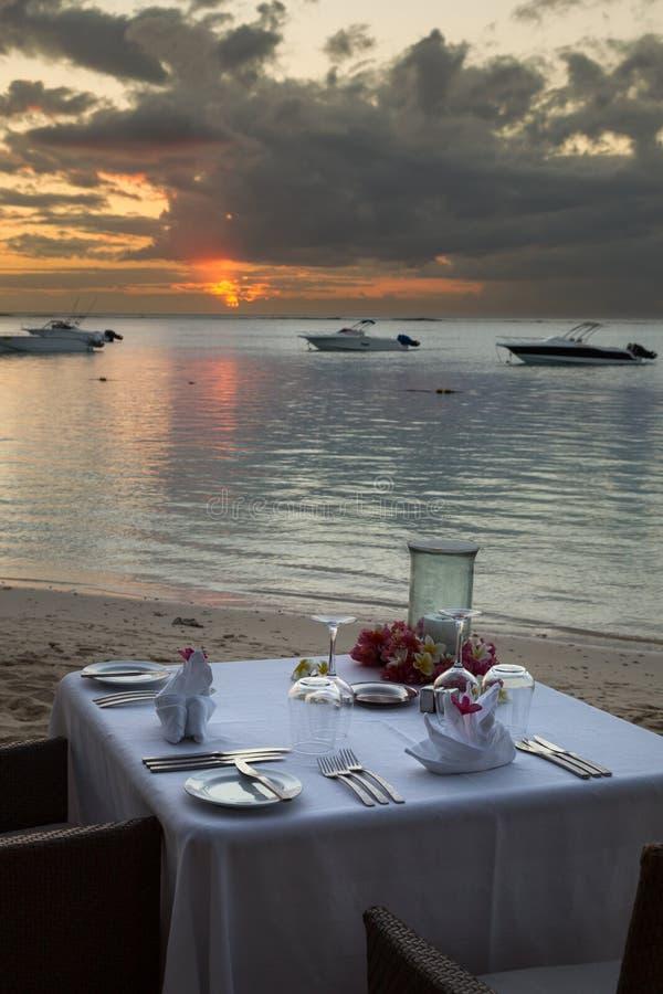 在海滩的晚餐 库存照片