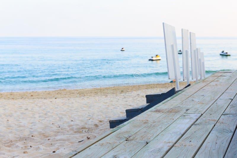 在海滩的木梯子酒吧 库存照片