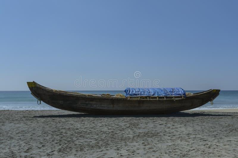 在海滩的木渔船 库存图片