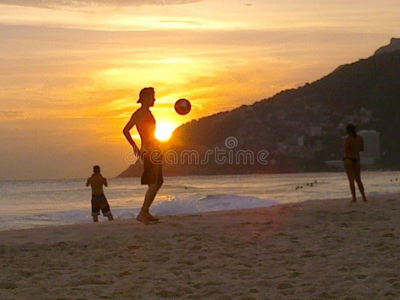 在海滩的橄榄球 免版税库存照片