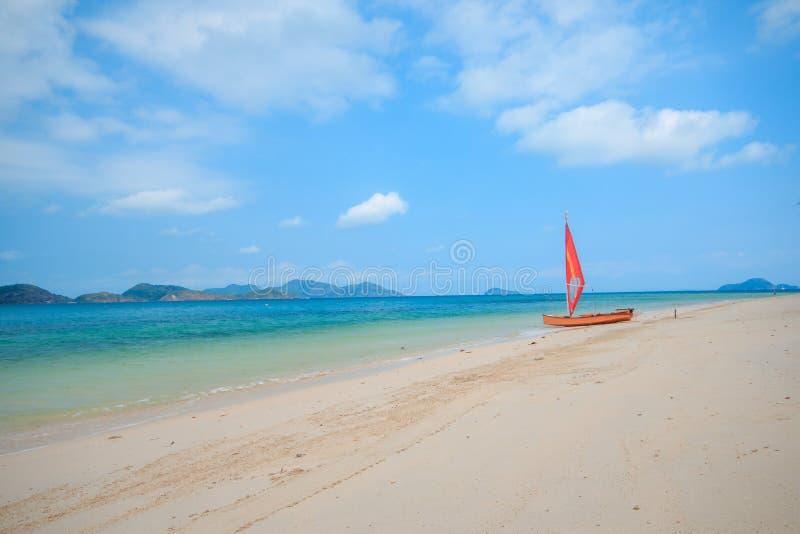 在海滩的橙色风船 库存照片
