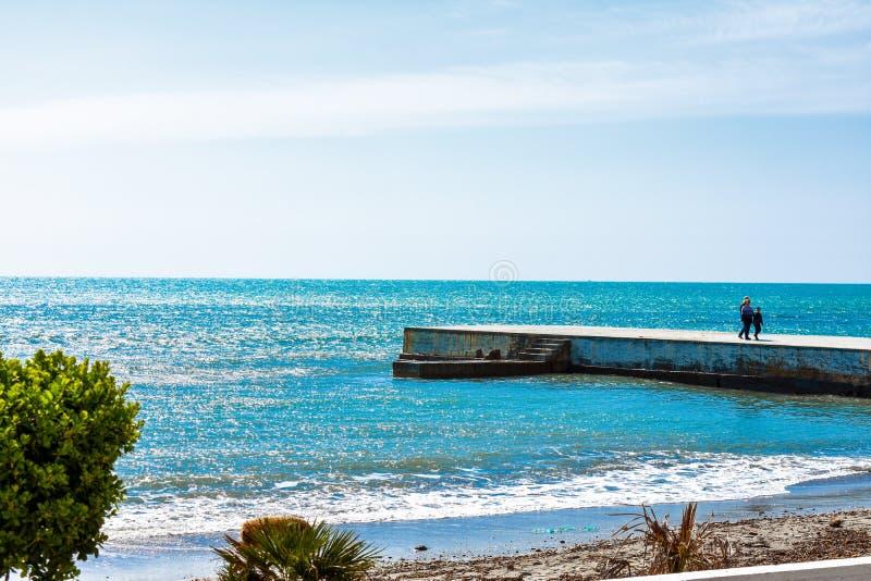 在海滩的步行 免版税库存图片