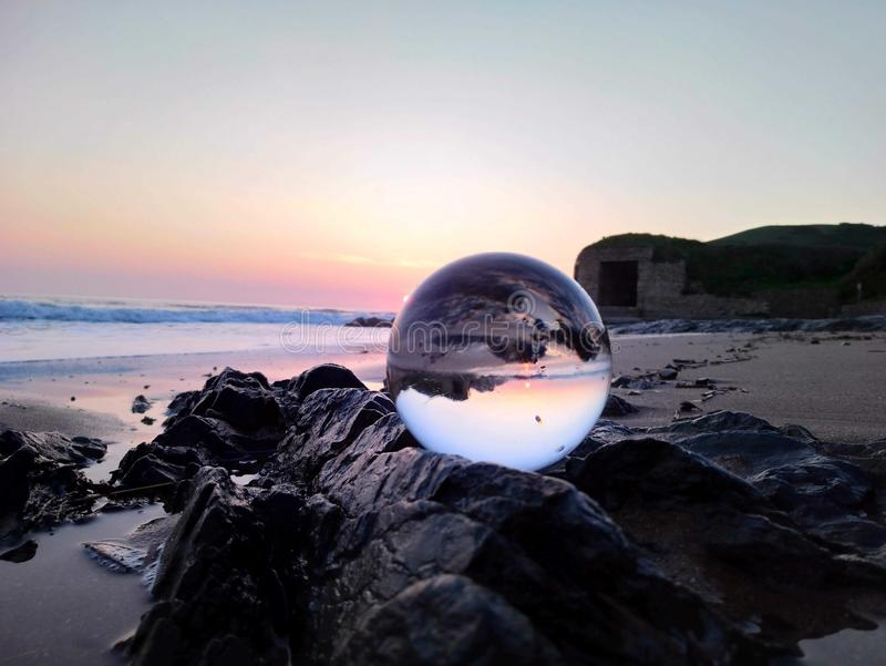 在海滩的水晶摄影球在croyde 库存图片
