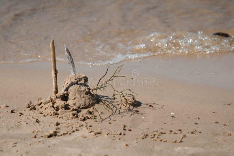 在海滩的沙子城堡与海波浪 免版税库存照片
