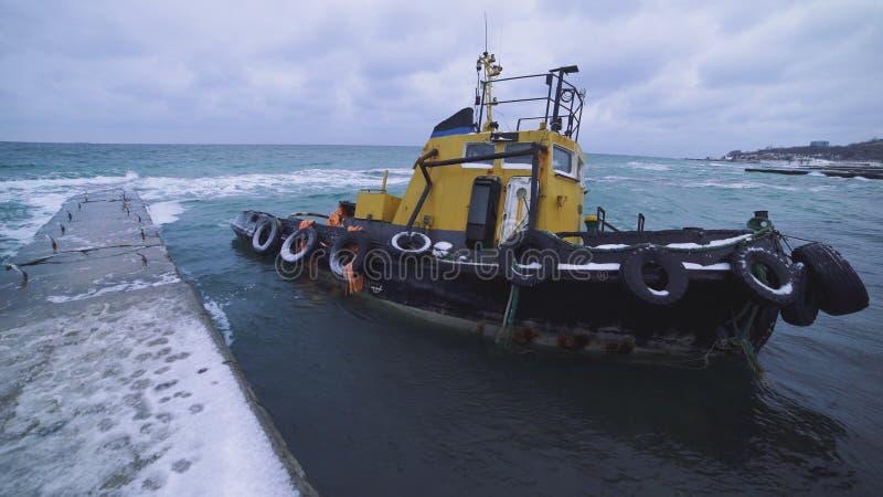 在海滩的海波浪在一场风暴在一寒冷,被充斥的小船的剧烈的看法在岸附近的在傲德萨 图库摄影