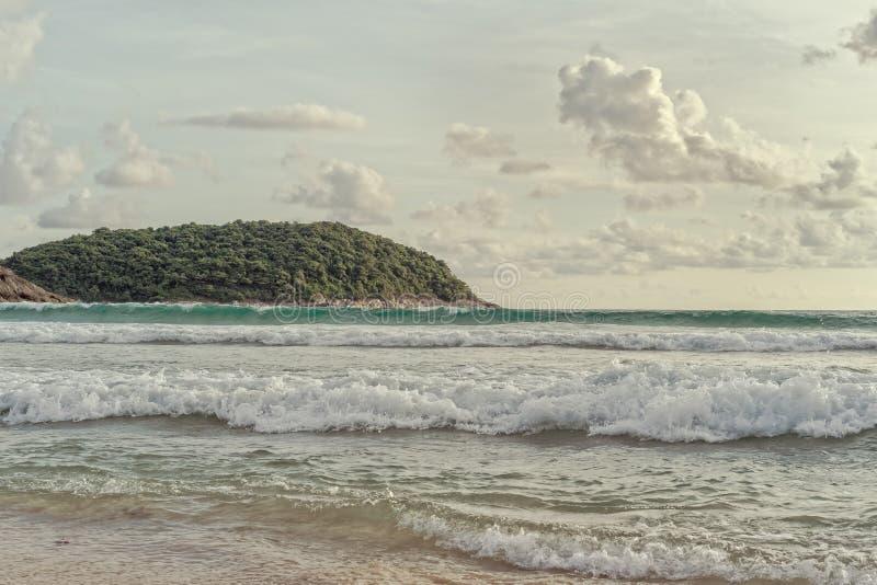 在海滩的海海浪在泰国,葡萄酒 免版税库存图片