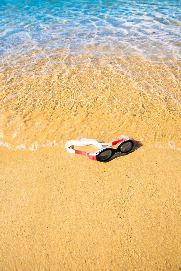 在海滩的游泳的风镜 免版税库存图片
