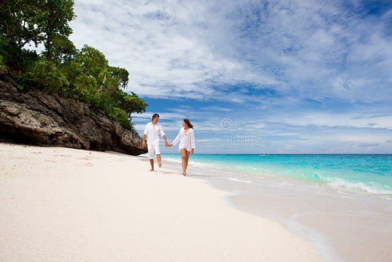 在海滩的爱恋的夫妇 免版税库存图片