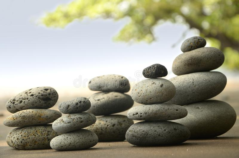 在海滩的玄武岩石头 库存图片