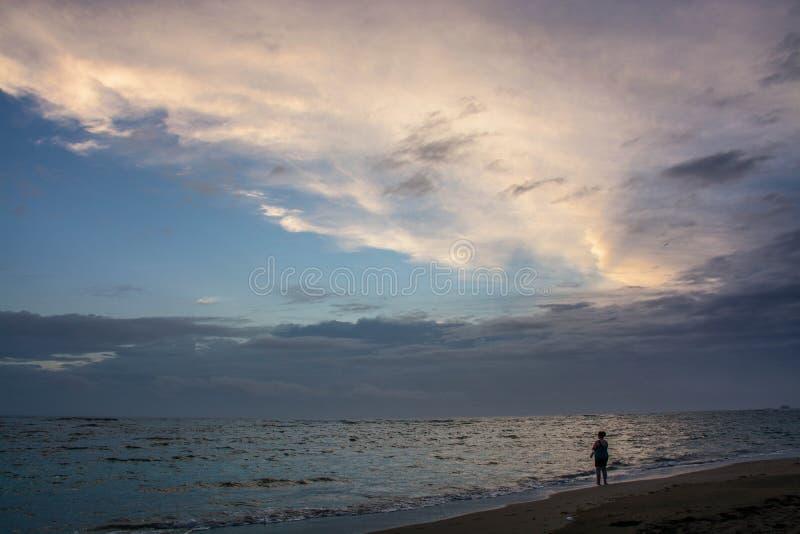 在海滩的现出轮廓的图早晨 免版税库存图片